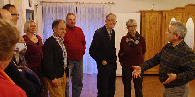 Klaus Heizmann (r) begrüßt Verantwortliche geistlicher Gemeinschaften zu einem Treffen zum Thema Ehe und Familie im Josef-Kentenich-Holf in Hillscheid  (Foto: Neiser)