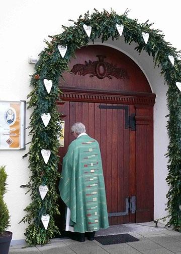 Symbolisch schließt Pfarrer Bruckes die Tür der Barmherzigkeit (Foto: Depock)