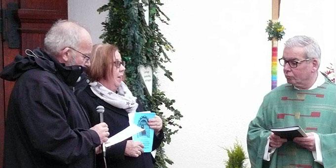 Gertrud und Paul Gausling mit Ortspfarrer Ferdi Bruckes an der Heiligen Pforte des SChönstattzentrums im Bistum Aachen (Foto: Depock )