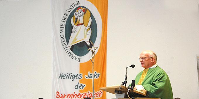 Wallfahrtsleiter Pater Franz Widmaier predigt zum Abschluss des Heiligen Jahres in der Pilgerkirche Schönstatt (Foto: Brehm)