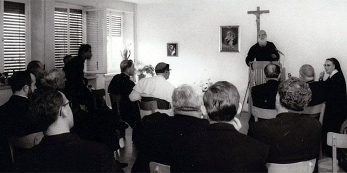 Pater Kentenich spricht zu einigen Bischöfen (Foto: Archiv S-MS)