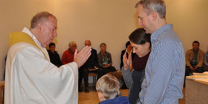 Pater Lothar Penners spendet den Paar- und Familiensegen (Foto: SAL)