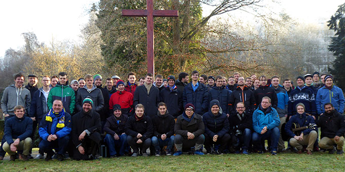 Die Teilnehmer der Jahreskonferenz der Schönstatt-Mannesjugend Deutschland (SMJ) beim Kreuz auf dem Pilgerplatz beim Urheiligtum (Foto: Gotter)