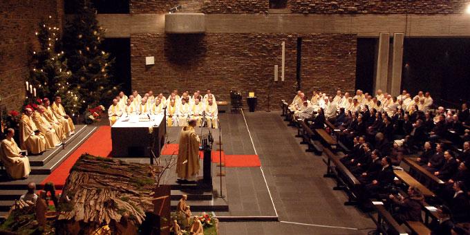 70 Priester konzelebrierten in der Anbetungskirche (Foto: Brehm)