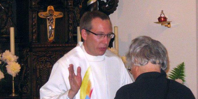 Pater Raffael Rieger beim Einzelsegen im Schönstatt-Heiligtum (Foto: schoenstatt.ch)