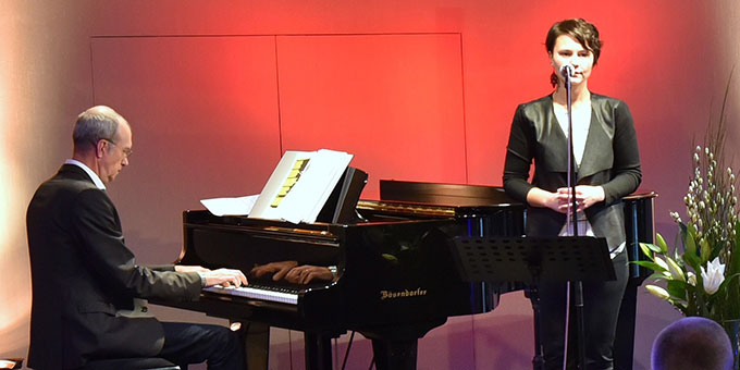 """""""Pianosongs"""" begeisterten die Zuhörer bei der Feierstunde zur Eröffnung der MarriageWeek 2017 in Herxheim  (Foto: Kröper)"""