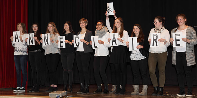 Schülervertreterinnen danke Schwester M. Anneclaire für ihr Wirken (Foto: SchMS)