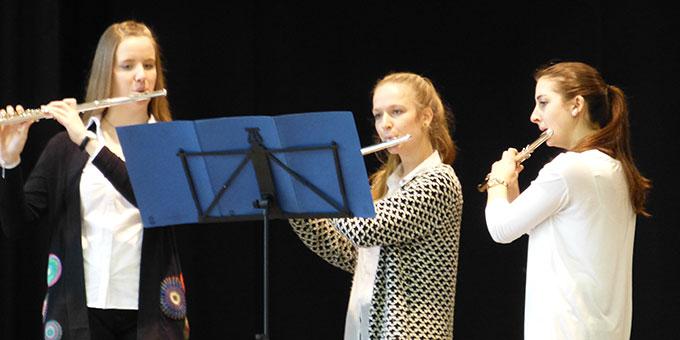 Schülerinnen spielen eine Sonate für drei Flöten (Foto: SchMS)