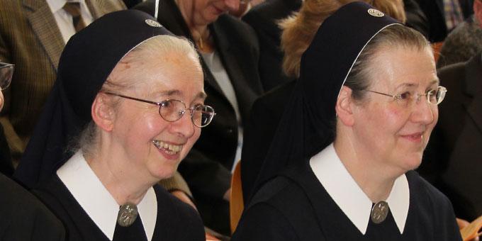 Schwester M. Anneclaire Gerharz (l) und Provinzoberin Schwester M. Marisa Spiekers (Foto: SchMS)