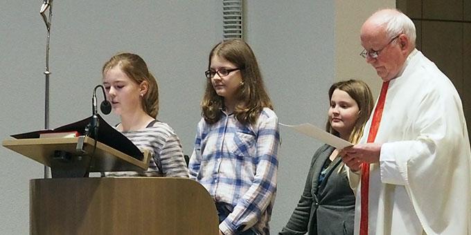 Pfarrer Schnocks und Schülerinnen zu Beginn des Gottesdienstes (Foto: SMS)