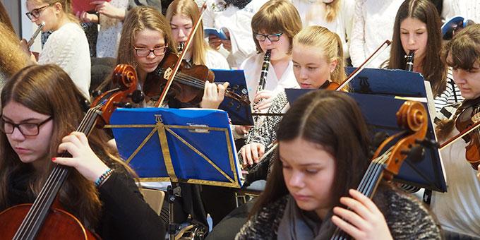Festliche Orchesterklänge unter der Leitung von Jutta Jocks (Foto: SMS)
