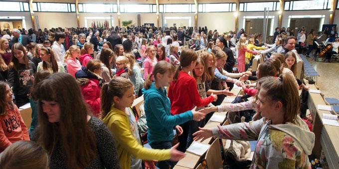 Zum Friedensgruß wandten sich die großen und kleinen Gottesdienstbesucher gerne einander zu (Foto: SMS)