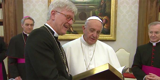 Landesbischof Heinrich Bedford-Strohm überreicht Papst Franziskus eine neu übersetzte Lutherbibel (Foto: EWTN-Mitschnitt)