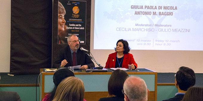 Giulia Paola di Nicola und Antonio M. Baggio beim Vortrag (Foto: www.famiglienuove.org)