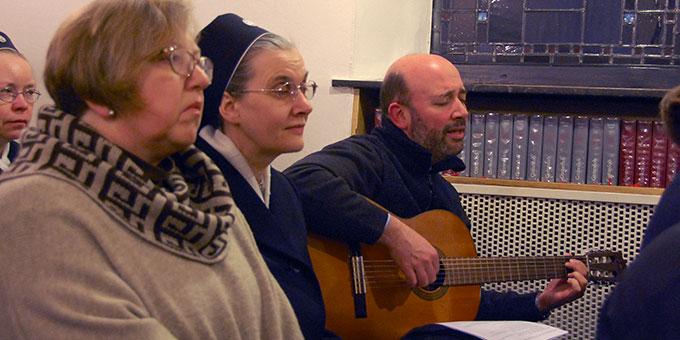 Lieder wurden in verschiedenen Sprachen gesungen. Pater Ignacio singt auf Spanisch (Foto: Brehm)