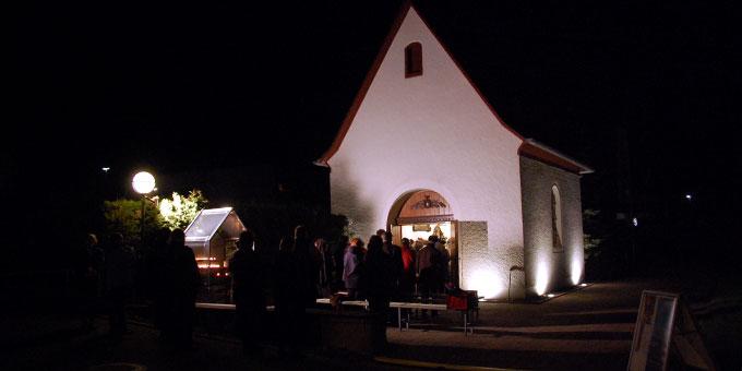 Trotz Kälte betete ein Teil der Teilnehmer vor dem Heiligtum mit (Foto: Brehm)