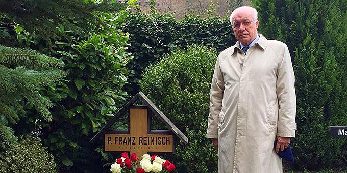 Der österreichische Landtagspräsident Dr. Dr. Herwig van Staa am Grab von Pater Franz Reinisch (Foto: Marlier)