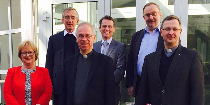 v.l.n.r.: Marianne Stauß (Notarin bei der Zeugenbefragung), P. Dr. Heribert Niederschlag SAC (Postulator), P. Martin Manus SAC (Historikerkommission), Prof. Dr. Bernhard Schneider (Historikerkommission), P. Prof. Dr. Joachim Schmiedl ISch (Historikerkommission, Vorsitzender), Dr. Georg Holkenbrink (Offizial des Bistums Trier) (Foto: Marlier)