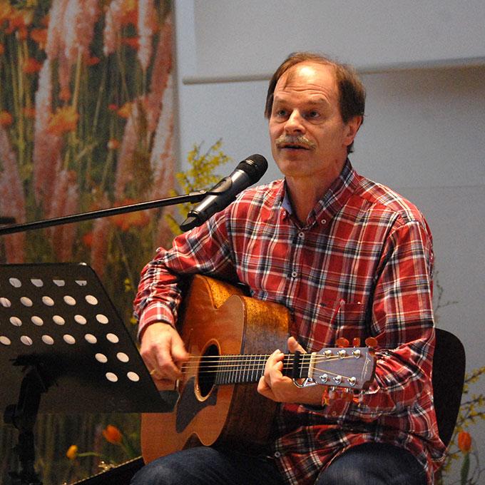 Liedermacher Wilfried Röhrig beim Konzert im Pater-Kentenich-Haus in Vallendar-Schönstatt während der Delegiertentagung (Foto: Brehm)