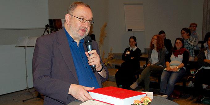 Auf dem Tisch vor Pater Dr. Joachim Schmiedl, Postulator im Seligsprechungsprozess Josef Englings, die Positio (Foto: Brehm)