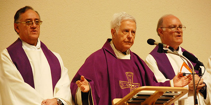 Hauptzelebrant des Bündnisgottesdienstes ist Pater Angel Strada (Foto: Brehm)