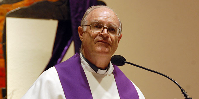 Pater Juan Pablo Catoggio dankt Pater Angel Strada für seinen langjährigen Dienst (Foto: Brehm)