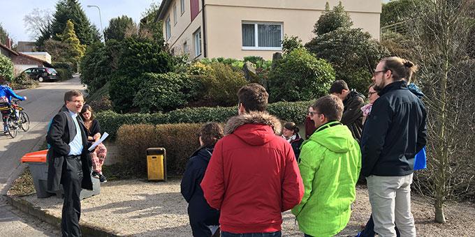 Bei schönstem Wetter war die Einführung in die Schönstattgeschichte durch Weihbischof Gerber an verschiedenen Stationen unterwegs (Foto: T. Brehm)