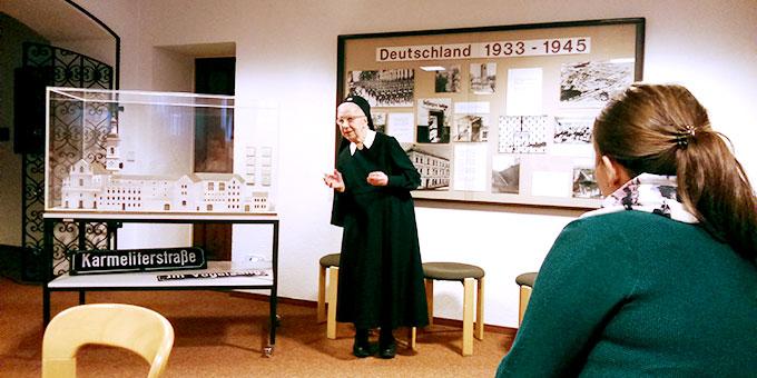 Schwester M. Thereslore Thiel berichtet über ihre Erlebnisse mit Pater Josef Kentenich. (Foto: Heger)