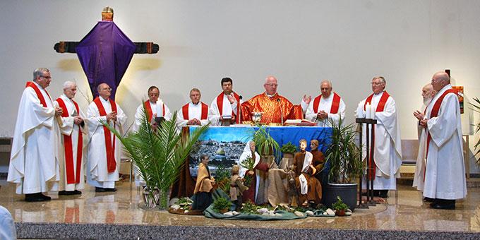 Palmsonntagsgottesdienst mit 11 Konzelebranten (Foto: Brehm)