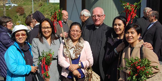Philippinischstämmige Frauen aus Koblenz mit Pater Franz (Foto: Brehm)