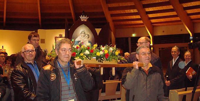 """Pilger aus Luxemburg holen das Bild der """"Königin Europas"""" in Schönstatt ab. (Foto: Projekt Pilgerheiligtum)"""