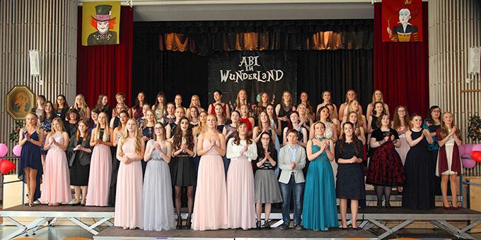 """58 Abiturientinnen beendeten ihre Schulzeit """"im Wunderland"""" der Schönstätter Marienschule (Foto: Schmitz)"""