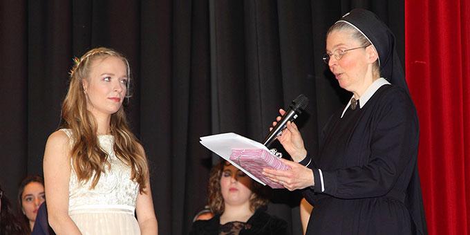 Sr. Gabriele verleiht an Luisa B. den Preis der Ministerin für Bildung des Landes Rheinland-Pfalz für vorbildliche Haltung und außerordentliches Engagement in der Schule (Foto: Schmitz)
