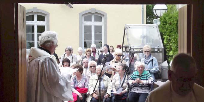 Pilger aus dem Bistum Trier beim Urheiligtum (Foto: Brück)