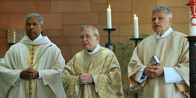 Prof. P. Dr. George Augustin SAC, Direktor des Kardinal Walter Kasper Institutes (l), Kardinal Walter Kasper, Diakon Prof. Dr. Aloys Buch (Foto: Brehm)
