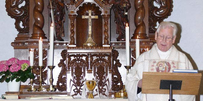 Pfarrer Josef Lang bei der Predigt am 15. Mai (Foto: Schick)