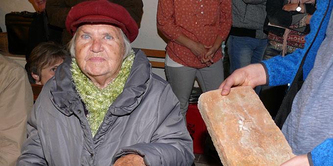 Eine Zeitzeugin von der damaligen Schönstatt-Mädchenjugend berichtet vom Bau der Ulmer Schönstattkapelle. Im Bild einer der Original Trümmersteine, aus denen das Gebäude errichtet wurde (Foto: Schick)