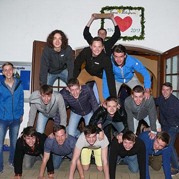 """Die SMJ-Menschenpyramide mit dem """"Trümmerstein"""" (Foto: Schick)"""