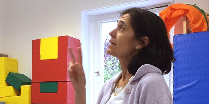 Dr. Maria del Pilar Andrino von der Franz-Sales-Stiftung Essen, erklärt die ausgeführten Arbeiten  (Foto: Heister)