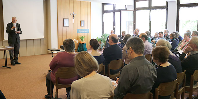 Pater Elmar Busse sprach über die Bedeutung Heiliger Orte in allen Weltreligionen (Foto: Ulrike Wurm)