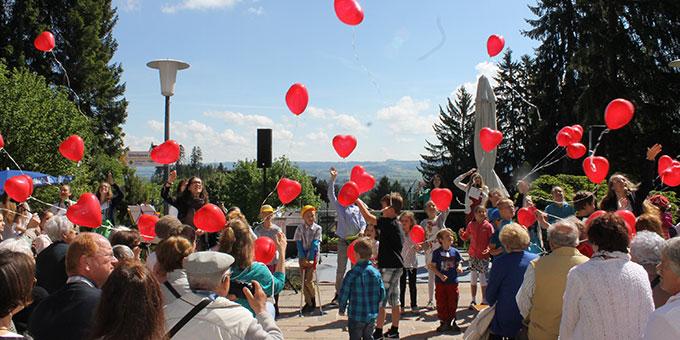 Kinder lassen Herzluftballone in den Himmel steigen (Foto: Fischer/schoenstatt.org)