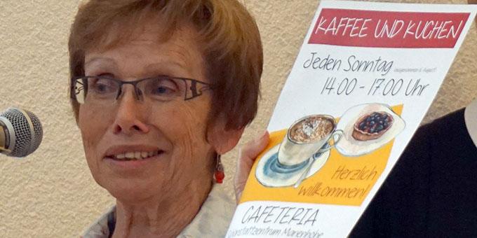 Elfriede Feldmann macht Werbung für den Sonntagskaffee (Foto: Fella)
