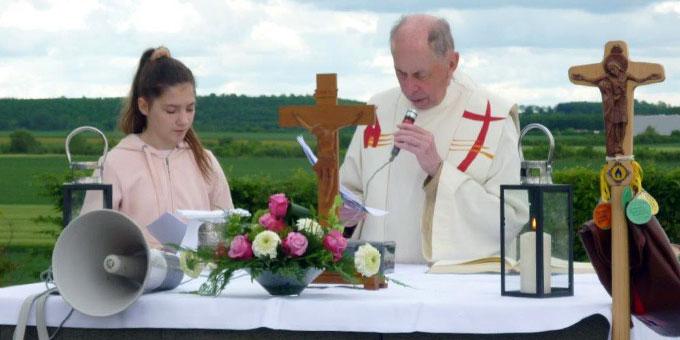 """Pilgerweg mit Gottesdienst auf dem """"Papsthügel"""" (Foto: Nöthen)"""