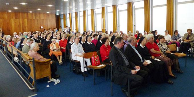 Aufmerksame Zuhörer beim Podium in der Aula in Haus Mariengart (Foto: Bieler)