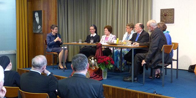 Das Podium: Unterschiedliche Gemeinschaften, vielschichtige Begegnungen mit dem Heiligen Geist (Foto: Bieler)