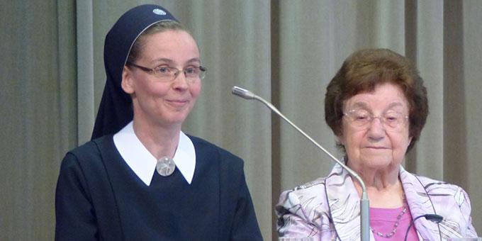 Sr. Anrika Dold und Liesel Houx berichten vom Wirken des Heiligen Geistes in ihren Kursen und ihren Gemeinschaften (Foto: Bieler)