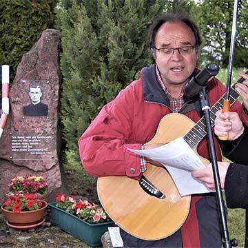 Franz-Josef Tremer singt das von ihm komponierte Reinisch-Lied (Foto: Sigismund v. Dobschütz)