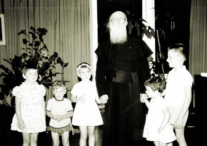 Pater Kentenich mit Kindern in Oberkirch; rechts, Raimund Stockinger (Foto: Archiv-Foto)