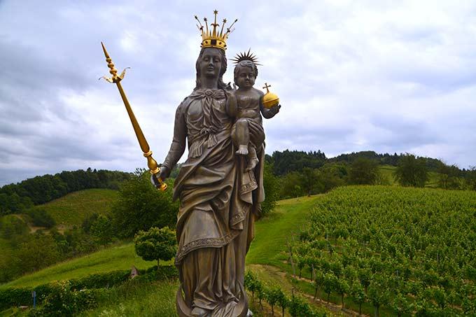 Auf der Mariensäule, die in Anlehnung an die Konstanzer Mariensäule errichtet wurde findet sich eine Statue der Himmelskönigin mit ihrem Sohn Jesus auf dem Arm (Foto: Marienfried)