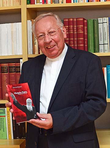 """Msgr. Dr. Peter Wolf präsentiert das neue Buch """"Victoria Patris"""" (Foto: Sarah Huber)"""